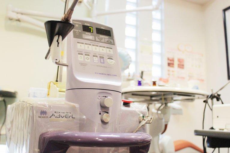 1.レーザーにて虫歯組織のみを除去